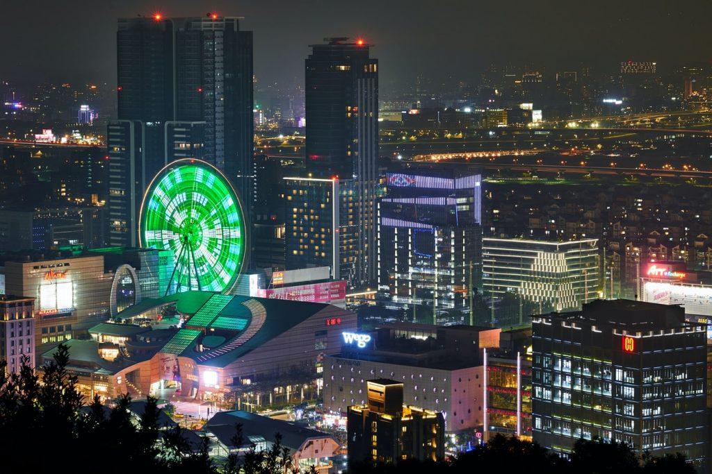 5. 城市娛樂超豐富:購物、酒吧、書店、電影院、藝文活動 香港最有名的就是城市夜景、Shopping Mall,台灣北部地區近10年出現大型 Outlet 商場,移民來台不怕不習慣。另外,各種主題、類型的特色酒吧藏在城市角落,可以利用下班、假日時間探索一番,以酒品生活。各地區的藝文活動更是文青們的聚集地,舉凡每年的白晝之夜、音樂祭、文創市集、展覽,當然還有超多電影院選擇,城市生活旅遊不怕無聊! < 延伸閱讀:為什麼台灣是亞洲最適合電影產業的國家 >