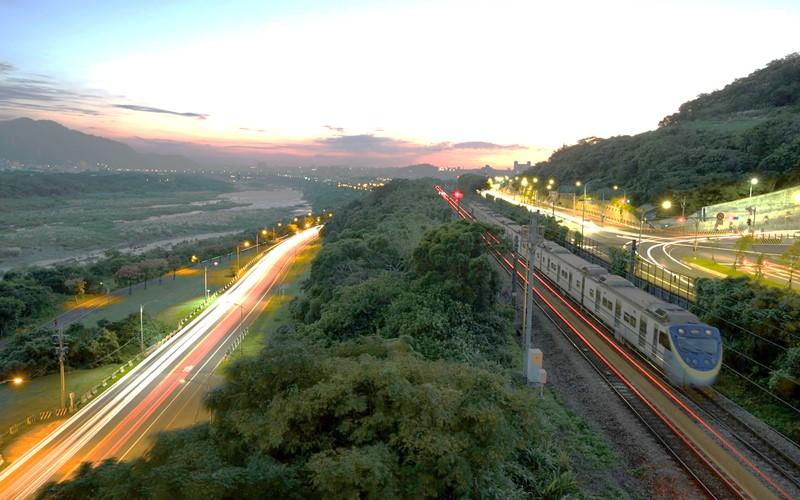 1. 旅遊成本低:住宿物價便宜,政府規劃完善 台灣旅遊CP值高、物價和住宿便宜已不是新鮮事,除此之外,高鐵、火車等交通設施規畫完善,大大省下國內旅遊的交通時間成本,單日來回也從容。另外,台灣觀光局推出「台灣好玩卡 Taiwan Pass」整合交通和景點優惠,以及專門於景點接駁的「台灣好行」巴士,提供國內旅遊便利資源。