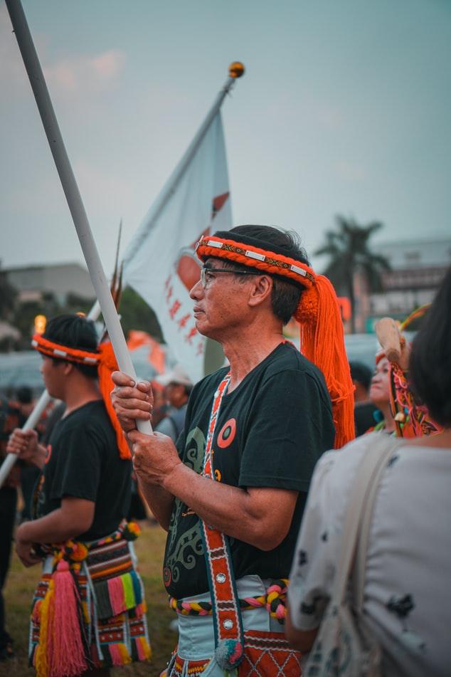 4. 「部落旅遊」正夯,原住民文化各具特色 台灣可謂多元民族大熔爐,除了閩南人、客家人之外,還有 16 族原住民,如蘭嶼的達悟族、東部山區的阿美族、泰雅族等。不同原住民族各有不同的傳統祭典和生活方式。近幾年,台灣掀起了「部落旅遊」熱潮,走入原始生活、享用部落美食,更出現「獵人學校」,體驗親自打獵、捕魚、炊食等漁獵文化。